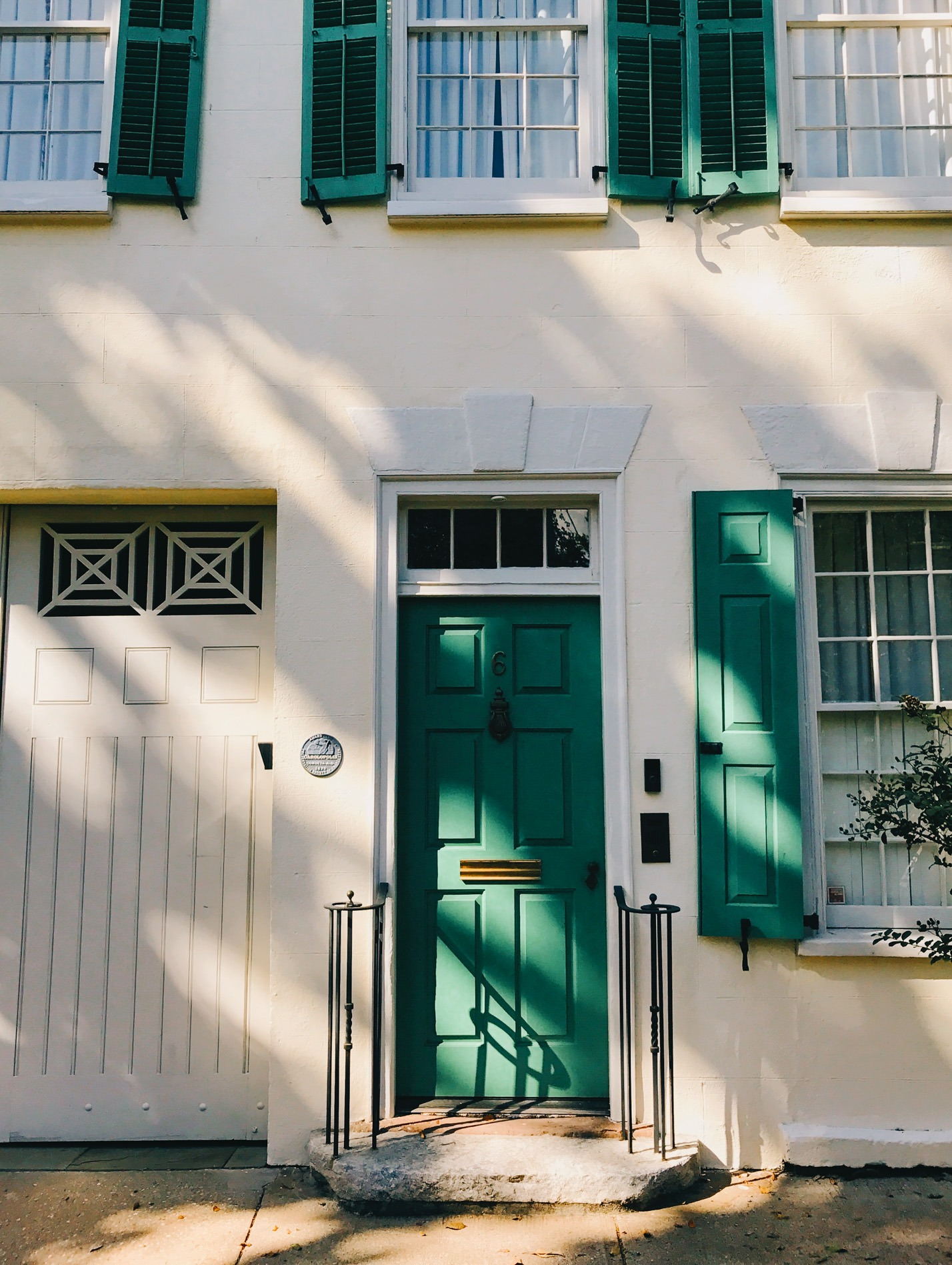 Wood and Spoon Charleston the ins and outs of what to see and do while visiting Charleston South Carolina. This is a foodie guide to a great Southern seaside east coast destination. Great for traveling with family sight seeing and loads to do.
